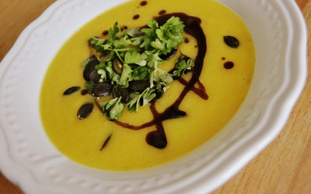 Butternut Kürbissuppe mit Pastinaken & gelber Beete