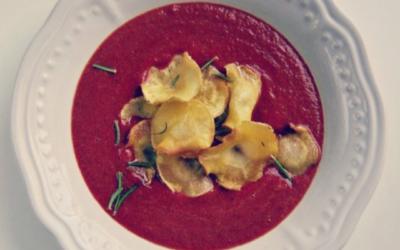 Rote Beete Kokos Suppe mit Pastinakenchips