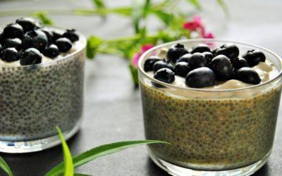 Matcha Chia Pudding mit frischen Blaubeeren und Mandelcreme