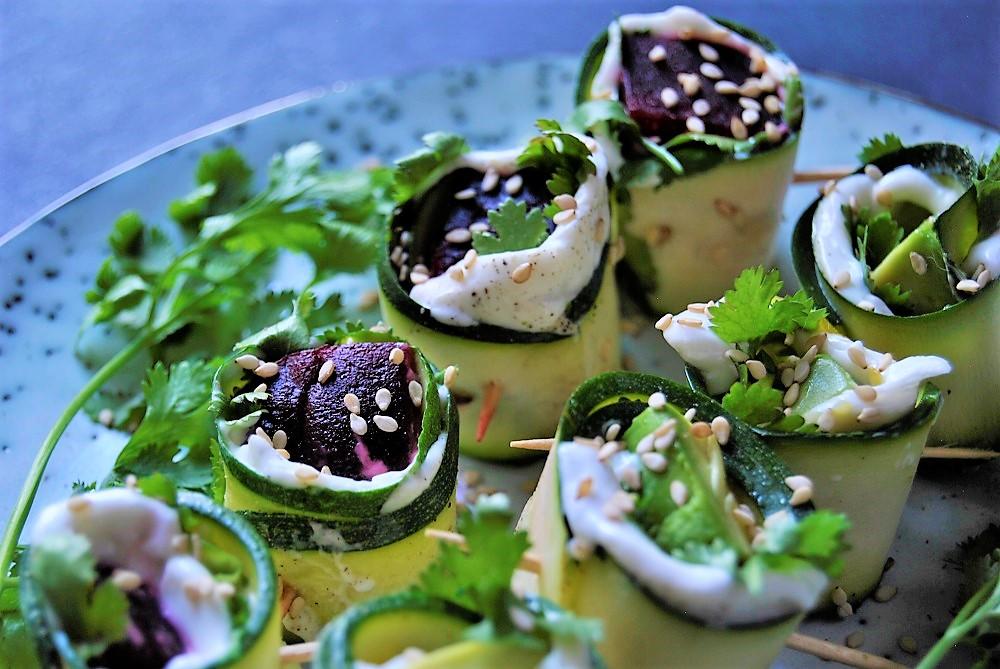 Zucchiniröllchen mit rote Beete und Avocado Füllung