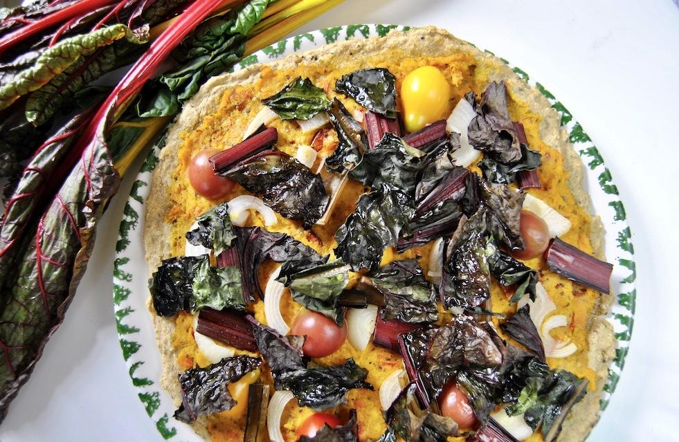 Kichererbsen Pizza mit Kürbiscreme und buntem Mangold