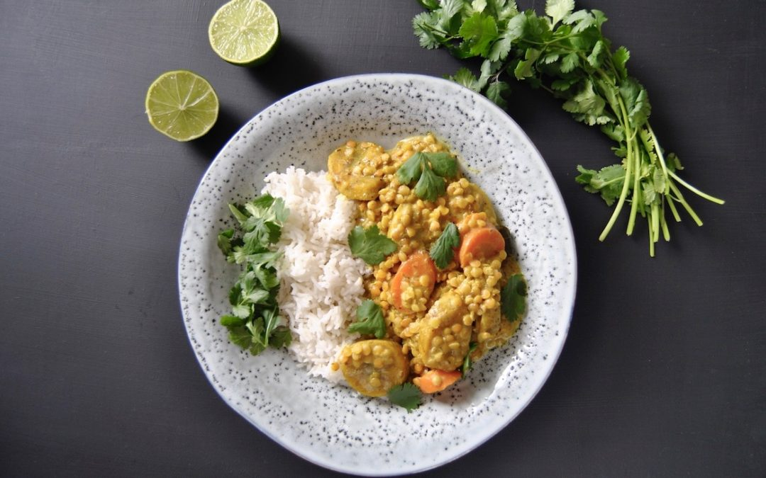 Kochbananen Curry mit roten Linsen und frischem Koriander